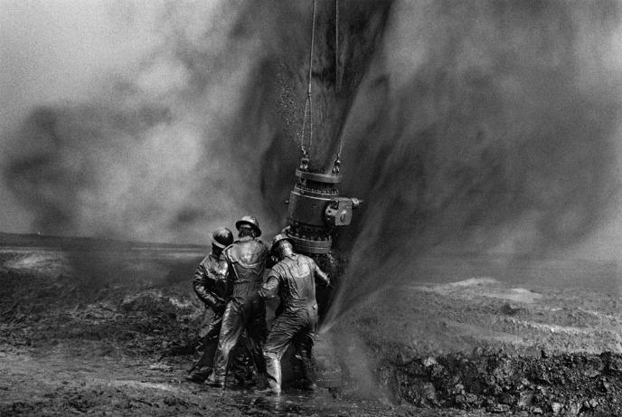 sebastiao_salgado_workers_greater_burhan_oil_field_kuwait_1991_3